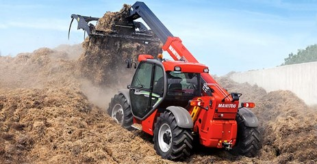 Manitou moviendo heces en granja